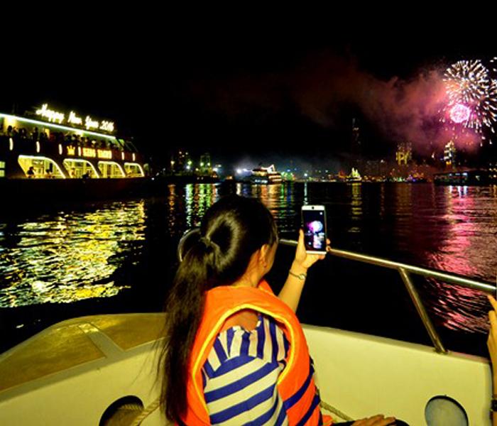 Thích thú ngắm pháo hoa từ du thuyền triệu đô